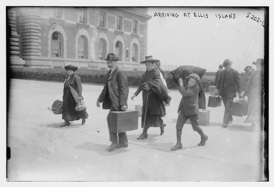 obrazek: Arriving at Ellis Island [Przybycie na Ellis Island], 1915 r. [fot. Bain News Service; Library of Congress via wikipedia.org]